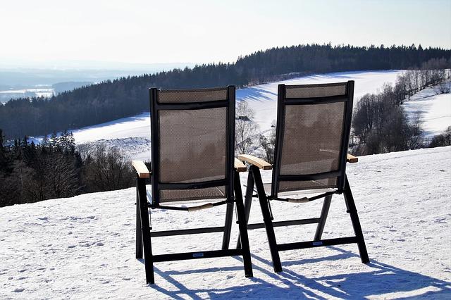 dvě židle v horách