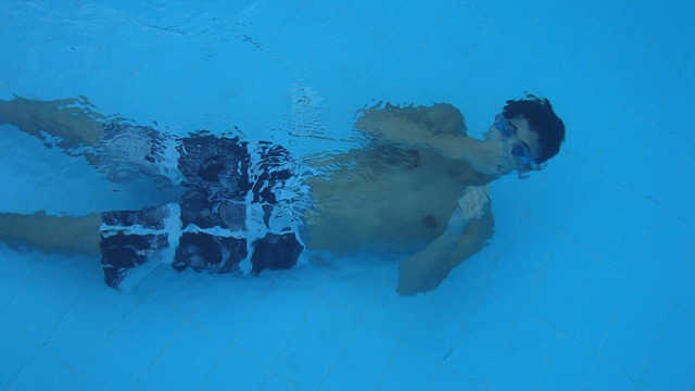 chlap pod vodou