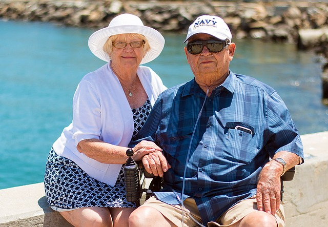 foto seniorů u moře