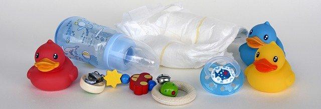 kojenecká lahev, dudlík, plena, chrastítko a kachničky do vany