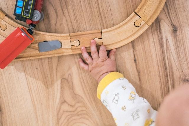 vláčkodráha, mašinky, dětská ruka
