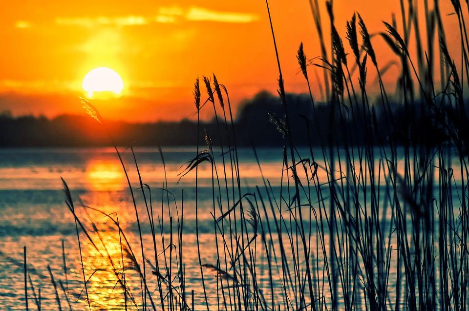slunce nad jezerem